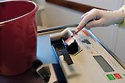 Nederland, Nijmegen, 22-9-2004..Na uitbraak van MRSA bacterie moet een hele i-c afdeling in het UMC Radboud ziekenhuis schoongemaakt en ontsmet worden. Op de foto wordt een infuuspomp schoongemaakt. Ontsmettingsmiddel, ziekte, bakterie, infectie, infektie..Foto: Flip Franssen