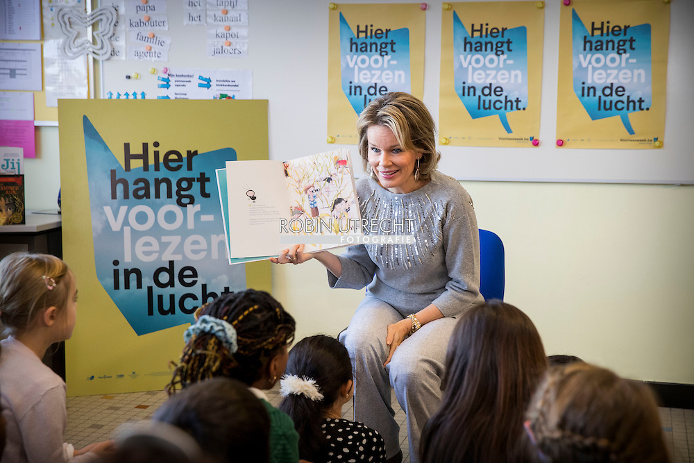 ASSE - Mathilde Queen participates in the Reading Week Everybody Reads non-profit organization, with emphasis on children and young people with reading difficulties. After a reading time with children from the Free Primary School Small World Asse, a roundtable will be organized with authors, experts and volunteers around the theme. During this edition of the Reading Week is also a collaboration of groups Reads association with the Luisterpuntbibliotheek under the Silence Silence Festival in Brussels, focusing on blind children and luisterboeken.ASSE - Belgian Queen Mathilde Tuesday morning visited elementary Small world in Asse. Since reading of King Philip's wife for a class. Mathilde hit an open book in the context of the Reading Week. Organizer Everyone wants to read this week every year to emphasize the importance of reading. Extra attention will be paid this year to children and young people with reading difficulties. After the reading, the Belgian queen sheaf also at a roundtable. There they talked to authors, experts and volunteers to children who have difficulty reading.<br /> Mathilde has been working for years during Reading Week. Last year, she would actually go read in a library in Laren. Because of the terrorist threat, however, was canceled this. Then the queen invited a group of children from getting to the royal palace in Brussels komen.COPYRIGHT ROBIN UTRECHT<br />  <br /> ASSE - Koningin Mathilde neemt deel aan de Voorleesweek van Iedereen Leest vzw, waarbij aandacht wordt besteed aan kinderen en jongeren met leesmoeilijkheden. Na een voorleesmoment met kinderen uit de Vrije Lagere School de Kleine Wereld te Asse, wordt een rondetafelgesprek georganiseerd met auteurs, deskundigen en vrijwilligers rond het thema. Tijdens deze editie van de Voorleesweek is er eveneens een samenwerking van Iedereen Leest vzw met de Luisterpuntbibliotheek in het kader van het Zwijgstilfestival in Brussel, met focus op blinde kinderen en luisterboeken.ASSE – De Belgisch