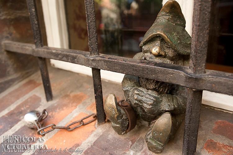De nombreuses sculptures de lutins, illustrant les lieux importants, sont dispercés partout dans la ville
