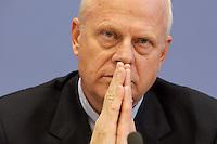 """13 MAY 2004, BERLIN/GERMANY:<br /> Prof. Meinhard Miegel, Buergerkonvent und Leiter des Instituts fuer Wirtschaft und Gesellschaft Bonn e.V., IWG Bonn, packt seine Aktentasche aus, vor Beginn der Pressekonferenz """"Fuer ein besseres Deutschland"""" - eine Aktionsgemeinschaft von 10 Reforminitiativen mit Forderungen an die Politik, Bundespressekonferenz<br /> IMAGE: 20040513-01-038<br /> KEYWORDS: Bürgerkonvent"""