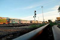 Le Ferrovie del Sud Est nascono in Puglia, nell'ottobre del 1931. A questà nuova società veniva dato in concessione l'insieme delle reti ferroviarie precedentemente gestite da diversi organismi (Società per le Ferrovie Salentine, Società per le Ferrovie Sussidiate, Ferrovie dello Stato)..Le aree pugliesi attraversate dalla società ferroviaria sono l'area barese, la fascia Taranto-Brindisi e l'area leccese-salentina, collegando fra loro i capoluoghi di Bari, Taranto e Lecce, nonché oltre 130 comuni delle province meridionali..Il reportage fotografico sulle Ferrovie Sud Est intende testimoniare l'evoluzione tecnologica che, durante gli anni, ha modificato e migliorato il servizio ferroviario e la convivenza del progresso con tracce del passato, attraverso un viaggio tra le stazioni e i depositi..Particolare delle rotaie nella stazione di Mungivacca.