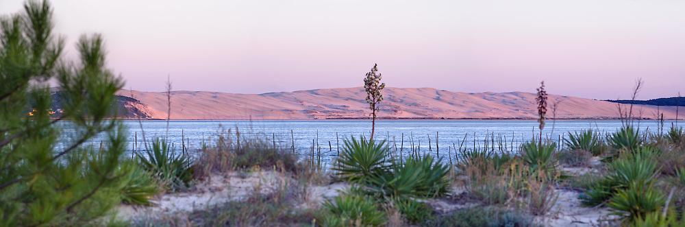baSSIN D'ARCACHON - CAP FERRET - Conche du Mimbeau. La Dune de Pilat vue depuis le Cap Ferret au coucher du soleil