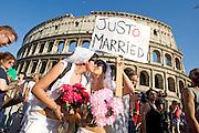 2013/06/15 Roma, corteo del Gay Pride 2013. Nella foto una coppia lesbica.<br /> Rome, Gay Pride rally 2013. In the picture a lesbic couple under the Coliseum - &copy; PIERPAOLO SCAVUZZO