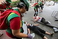 当地时间10月15日,搜救队为模拟地震现场的&ldquo;伤者&rdquo;救治。当天,在美国加利福尼亚州洛杉矶举行了第八届年度全球最大规模地震演习&ldquo;大摇晃&rdquo; (Great ShakeOut). 主办机构表示,加州有1,004万人签署参与,在全球其他地震区也有超过2000万人参与。(新华社发 赵汉荣摄)<br /> Members of Search And Rescue team rescue the mock victims during California's annual full-scale earthquake drill to prepare for a potential magnitude-6.7 earthquake in Los Angeles, California, Thursday, October. 15, 2015. About 10.4 million Californians and 21.5 million people worldwide who took part in safety drills and aftermath and recovery exercises in observance of the eighth annual Great ShakeOut.  (Xinhua/Zhao Hanrong)(Photo by Ringo Chiu/PHOTOFORMULA.com)