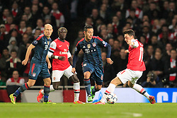 19.02.2014, Emirates Stadion, London, ENG, UEFA CL, FC Arsenal vs FC Bayern Muenchen, Achtelfinale, im Bild Mesut Oezil (Arsenal FC #11) im Zweikampf gegen / tackling against Thiago Alcantara (FC Bayern Muenchen #6), Aktion, Action // during the UEFA Champions League Round of 16 match between FC Arsenal and FC Bayern Munich at the Emirates Stadion in London, Great Britain on 2014/02/19. EXPA Pictures © 2014, PhotoCredit: EXPA/ Eibner-Pressefoto/ Schueler<br /> <br /> *****ATTENTION - OUT of GER*****