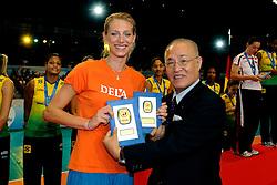 23-08-2009 VOLLEYBAL: WGP FINALS CEREMONY: TOKYO <br /> Brazilie wint de World Grand Prix 2009 / Manon Flier en Masao Tachiki<br /> ©2009-WWW.FOTOHOOGENDOORN.NL