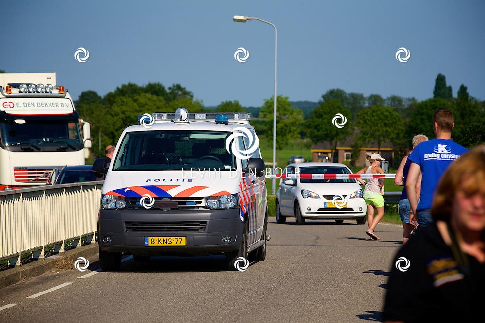 ZALTBOMMEL - De Rouwstoet die vertrok vanuit Eindhoven onderweg over de A2 richting Hilversum. De Politie in Zaltbommel wilden in eerste instantie iedereen van het viaduct af hebben, de gemoederen liepen hierdoor enorm hoog op bij de mensen die hun steun wilden betuigen. FOTO LEVIN DEN BOER - PERSFOTO.NU