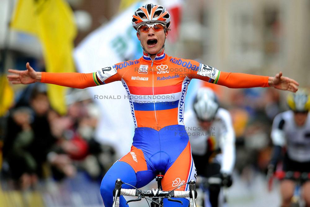 01-02-2009 VELDRIJDEN: WK VROUWEN: HOOGERHEIDE<br /> Wereldkampioen Marianne Vos <br /> &copy;2009-WWW.FOTOHOOGENDOORN.NL