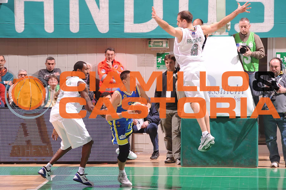 DESCRIZIONE : Siena Lega Basket A 2011-12  Montepaschi Siena Fabi Shoes Montegranaro<br /> GIOCATORE : Fabio Di Bella<br /> CATEGORIA : equilibrio<br /> SQUADRA : Fabi Shoes Montegranaro<br /> EVENTO : Campionato Lega A 2011-2012 <br /> GARA : Montepaschi Siena Fabi Shoes Montegranaro<br /> DATA : 15/01/2012<br /> SPORT : Pallacanestro  <br /> AUTORE : Agenzia Ciamillo-Castoria/ GiulioCiamillo<br /> Galleria : Lega Basket A 2011-2012  <br /> Fotonotizia : Siena Lega Basket A 2011-12 Montepaschi Siena Fabi Shoes Montegranaro<br /> Predefinita :