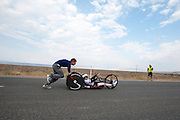 Liz MacTernan gaat van start in de handbike Red Lighting. Op maandagochtend worden de kwalificaties gehouden. In Battle Mountain (Nevada) wordt ieder jaar de World Human Powered Speed Challenge gehouden. Tijdens deze wedstrijd wordt geprobeerd zo hard mogelijk te fietsen op pure menskracht. Ze halen snelheden tot 133 km/h. De deelnemers bestaan zowel uit teams van universiteiten als uit hobbyisten. Met de gestroomlijnde fietsen willen ze laten zien wat mogelijk is met menskracht. De speciale ligfietsen kunnen gezien worden als de Formule 1 van het fietsen. De kennis die wordt opgedaan wordt ook gebruikt om duurzaam vervoer verder te ontwikkelen.<br /> <br /> In Battle Mountain (Nevada) each year the World Human Powered Speed ​​Challenge is held. During this race they try to ride on pure manpower as hard as possible. Speeds up to 133 km/h are reached. The participants consist of both teams from universities and from hobbyists. With the sleek bikes they want to show what is possible with human power. The special recumbent bicycles can be seen as the Formula 1 of the bicycle. The knowledge gained is also used to develop sustainable transport.