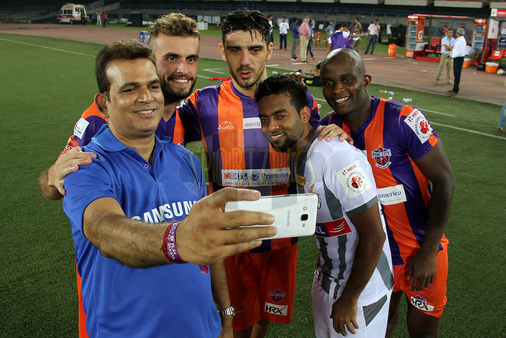 Samsung fan with Cavin Peter Lobo of Atletico de Kolkata , Davide Colomba , Kostas Katsouranis and MacPherlin Dudu Omagbemi of FC Pune City after the match 24 of the Hero Indian Super League between Atl&eacute;tico de Kolkata and FC Pune City held at the Salt Lake Stadium in Kolkata, West Bengal, India on the 7th November 2014.<br /> <br /> Photo by:  Deepak Malik/ ISL/ SPORTZPICS