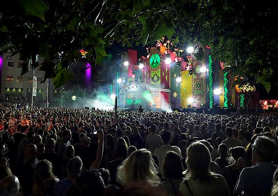 Nederland, The Netherlands, 23-7-2015 Recreatie, ontspanning, cultuur, dans, theater en muziek in de binnenstad. Podium van de Matrixx aan de waalkade.  Een van de tientallen feestlocaties in de stad. Onlosmakelijk met de vierdaagse, 4daagse, zijn in Nijmegen de vierdaagse feesten, de zomerfeesten. Talrijke podia staat een keur aan artiesten, voor elk wat wils. Een week lang elke avond komen ruim honderdduizend bezoekers naar de stad. De politie heeft inmiddels grote ervaring met het spreiden van de mensen, het zgn. crowd control. De vierdaagsefeesten zijn het grootste evenement van Nederland en verbonden met de wandelvierdaagse. Foto: Flip Franssen/Hollandse Hoogte