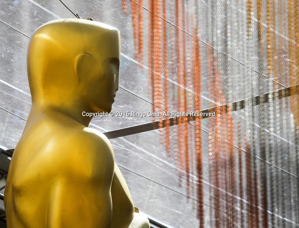 2月24日,在美国洛杉矶好莱坞,奥斯卡金人雕塑竖立在好莱坞杜比剧院门口。第88届奥斯卡颁奖典礼将于当地时间2月28日在好莱坞的杜比剧院举行。新华社发 (赵汉荣摄)<br /> An Oscar statue for the 88th Academy Awards is set in front of Dolby Theatre in Los Angeles, Wednesday, February 24, 2014. The Academy Awards will be held Sunday, February 28, 2014. (Xinhua/Zhao Hanrong)(Photo by Ringo Chiu/PHOTOFORMULA.com)<br /> <br /> Usage Notes: This content is intended for editorial use only. For other uses, additional clearances may be required.