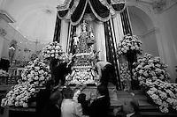 Alcuni fedeli addetti a posizionare la statua della Madonna del Carmine su un piedistallo affianco all'altare della chiesa Matrice di Mesagne (Br). Come ogni anno si festeggia la Vergine protettrice del paese per aver salvato la popolazione da un terribile terremoto avvenuto nel 1700 circa.