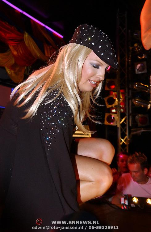 NLD/Amsterdam/20050806 - Gaypride 2005, optreden Vanessa, Mayday