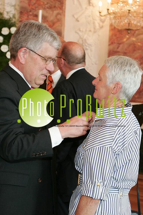 Mannheim. Schloss. Rittersaal. Verleihung des Initiativpreis 2007 an Dr. h.c. Eggert Voscherau. <br /> Voscherau zupft seiner Frau die Blusenkragen zurecht.<br /> <br /> Bild: Markus Pro&szlig;witz<br /> ++++ Archivbilder und weitere Motive finden Sie auch in unserem OnlineArchiv. www.masterpress.org ++++