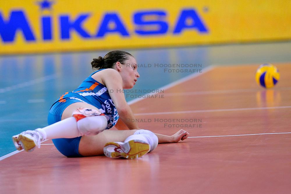 04-10-2009 VOLLEYBAL: FINALE EUROPEES KAMPIOENSCHAP NEDERLAND - ITALIE: LODZ <br /> De Nederlandse volleybalvrouwen zijn er niet in geslaagd om het goud te pakken. Italie was met 3-0 te sterk / Janneke van Tienen<br /> &copy;2009-WWW.FOTOHOOGENDOORN.NL