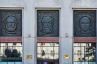 Russie, Moscou, rue Bol'shaya Dmitrovka, bas relief de Marx, Engels et Lenine // Russia, Moscow, Bol'shaya Dmitrovka street, statue of Marx, Engels and Lenine