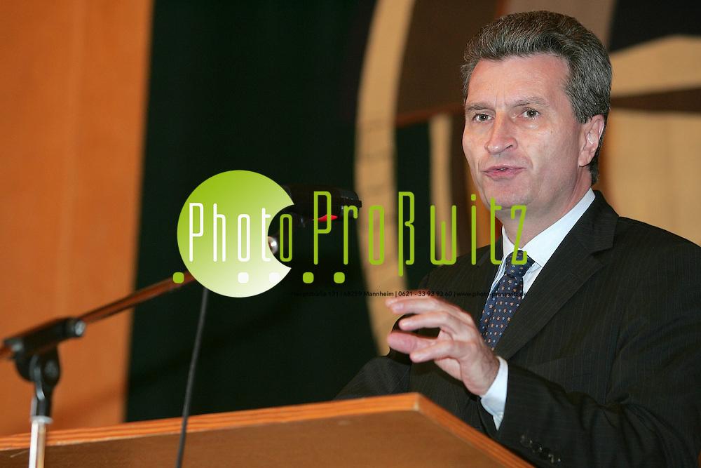 Mannheim. Universit&auml;t Aula. Universit&auml;tstag. Festredner ist Ministerpr&auml;sident des Landes Baden-W&uuml;rttemberg G&uuml;nter H. Oettinger, der &uuml;ber die &quot;Hochschulpolitik als Standortpolitik&quot; spricht und damit Rektor Prof. Dr. Hans-Wolfgang Arndt den R&uuml;cken f&uuml;r seine Reformpl&auml;ne st&auml;rkt.<br /> <br /> Bild: Markus Pro&szlig;witz<br /> ++++ Archivbilder und weitere Motive finden Sie auch in unserem OnlineArchiv. www.masterpress.org ++++