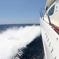 bateau à moteur au large de la Martinique