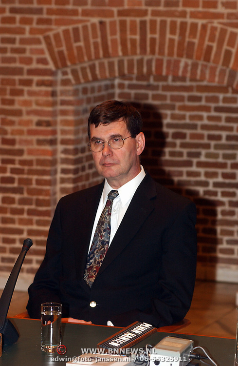Persconferentie sluiting kruitfabriek Muiden Chemie, J. Robertson