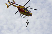 Paris, France. 4 Mai 2009..Brigade Fluviale de Paris..15h37 Entrainement d'helitreuillage..Paris, France. May 4th 2009..Paris fluvial squad..3:37 pm Winching up into a helicopter training..