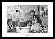 Wählen Sie Ihre Lieblings alten Bilder von Irland, von tausenden von Fotos von Alt Irland, erhältlich vom Irish Photo Archive. Geschenkideen für Frauen, speziell für kreative und einzigartige Geburtstagsgeschenke für Frauen, geschenkt von der Tochter..Irish Foto Archive bietet das perfekte Irische Geschenk für Mama, die Irland und alle irischen Dinge liebt.
