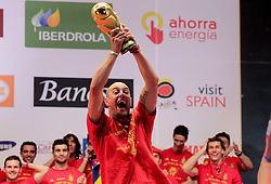 12.07.2010, Madrid, Spanien, ESP, FIFA WM 2010, Empfang des Weltmeisters in Madrid, im Bild Pepe Reina mit dem WM Pokal, EXPA Pictures © 2010, PhotoCredit: EXPA/ Alterphotos/ Acero / SPORTIDA PHOTO AGENCY