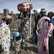 Des femmes de l'ethnie shilluk quittent définitivement le camp de protection des civils de la Mission des Nations Unies au Soudan du Sud, la Minuss, à Malakal. Elles justifient leur départ par l'insuffisance de l'aide alimentaire, le manque de services et l'insécurité. Elles fuient avec leurs enfants vers le Soudan. Deux mille d'entre eux ont pris les chemins de l'exil durant les deux dernières semaines de mars 2017, selon l'Organisation Internationale pour les Migrations, en charge de la gestion du camp. Les hommes sont forcés de rester dans le camp, ils risquent de se faire exécuter par les forces gouvernementales et leurs milices s'ils s'aventurent à l'extérieur.