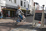 In Utrecht is in het centrum een winkel door de gemeente omgebouwd naar een fietsenstalling. Fietsers kunnen de eerste dag de fiets gratis stallen. Verder is de fietsenstalling ook een OV-fietspunt, een oplaadpunt voor elektrische fietsen, kun je er bakfietsen, fietsaanhangers en buggy's lenen of je fiets repareren.<br /> <br /> In Utrecht a shop is converted to a bicycle parking by the municipal. Cyclists can store their bikes the first day for free. Furthermore, the bicycle also has a  OV-cycle point, a charging point for electric bikes and you can get cargo bikes, bicycle trailers and buggies borrow or repair your bicycle.