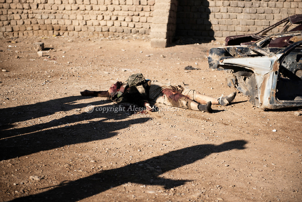 Iraq, Gogjali: A dead ISIS fighter lies on the ground after Iraqi special forces shot him as he was trying to get back to an ISIS controlled area. Alessio Romenzi