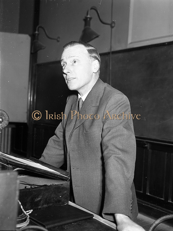 """09/03/1959<br /> 03/09/1959<br /> 09 March 1959<br /> Lecture by Mr. S.E. Holmes on """"Modern Lubricants and Additives"""" at Trinity College, Dublin. Mr. S.E. Holmes, A.R.I.C., A.F.I.N.S.P. of C.C. Wakefield, London, Delivered a lecture entitled """"Modern Lubricants and Additives"""" to members of the Engineering and Scientific Association of Ireland at the Physics Laboratory, Trinity College. Picture shows Mr. Holmes giving the lecture."""