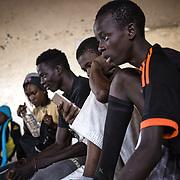 Un groupe des jeunes à la fin d'une leçon de takwondoo, au Centre Socio Culturel de Thiaroye sur Mer
