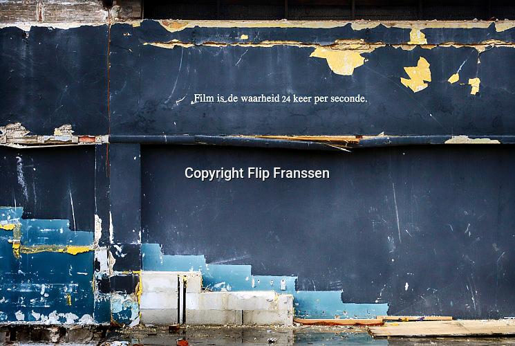 Nederland, Nijmegen, 23-11-2016Op de muur van het voormalig filmhuis Cinemarienburg staan twee spreuken die betrekking hebben op het medium film, cinematografie . Film is de waarheid 24 frames, beeldjes, keer per seconde, een legendarische quote van Jean-Luc Godard. Het gebouw wordt gesloopt . Het Nijmeegs filmhuis is al jaren gevestigd in cultureel centrum, bioscoop en theater Lux .Foto: Flip Franssen