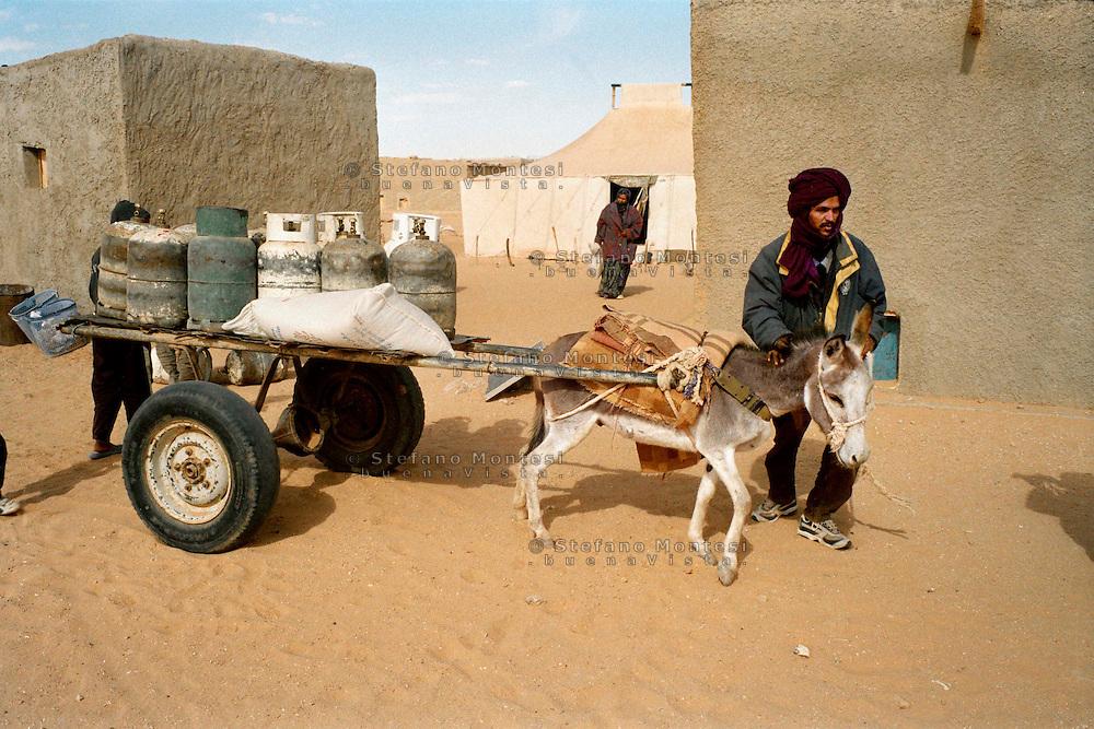 Febbraio 2012.The Saharawi refugee camp  .El Ayoun..Supply of gas tank.