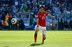 17.06.2010, Soccer City Stadium, Johannesburg, RSA, FIFA WM 2010, Argentinien vs Südkorea im Bild LEE Chung Yong of South Korea erzielt das 2 zu 1, EXPA Pictures © 2010, PhotoCredit: EXPA/ IPS/ Mark Atkins / SPORTIDA PHOTO AGENCY