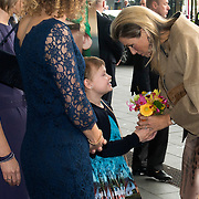 Koningin Maxima bij relatie evenement Villa Joep, het fonds tegen neuroblastoom kinderkanker in het Stedelijk Museum te Amsterdam<br /> <br /> Queen Maxima at Villa Joep event, the fund against childhood neuroblastoma in the Stedelijk Museum in Amsterdam.<br /> <br /> Op de foto / On the photo:  Koningin Maxima komt aan en krijgt een bloemetje van Puck de Vries. Meisje van 10, strijdt sinds mei 2011 tegen neuroblastoom<br /> <br /> Queen Maxima arrives and gets a flower from Puck de Vries. Girl 10 fights since May 2011 against neuroblastoma