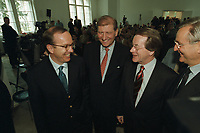 16 MAY 2001, BERLIN/GERMANY:<br /> Matthias Wissmann (L), MdB, CDU, Bundesminister a.D., Hans-Henning Wiegmann (M), Praesident Zentralverband der deutschen Werbewirtschaft, ZAW, und Franz Muentefering (L), SPD Generalsekretaer, vor einer Veranstaltung des ZAW zur Werbung in der Politik, Hamburger Bahnhof<br /> IMAGE: 20010516-01/01-11<br /> KEYWORDS: Franz Müntefering, Präsidnt