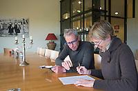DOMBURG - Birdwatching op de golfbaan van de Domburgsche Golf Club olv Vogelaar / bioloog Floor Arts met baancommissaris Inge Boomsma . Het invullen van de lijst. . Een natuurvriendelijk en milieubewust beheerd golfterrein biedt voor de golfer een interessante en uitdagende omgeving en bevordert de beeldvorming van de golfsport als een 'groene' sport.  Het beleid kent drie programma's: Committed to Green, Golfers love Birdies en Green Deal. COPYRIGHT KOEN SUYK
