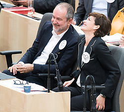 "24.04.2019, Hofburg, Wien, AUT, Parlament, Nationalratssitzung, Sitzung des Nationalrates mit Aktuellen Stunde der Neos mit dem Titel ""Diese Regierung hat keine Ahnung vom Internet"", im Bild Nationalratsabgeordneter und SPÖ-Bundesgeschäftsführer Thomas Drozda und SPÖ-Klubobfrau Pamela Rendi-Wagner // Member of the Naitonal Council Thomas Drozda (SPOe) and Party whip of the Austrian Social Democratic Party (SPOe) Pamela Rendi-Wagner during meeting of the National Council of austria due to the topic ""Internet"" at Hofburg palace in Vienna, Austria on 2019/04/24, EXPA Pictures © 2019, PhotoCredit: EXPA/ Michael Gruber"