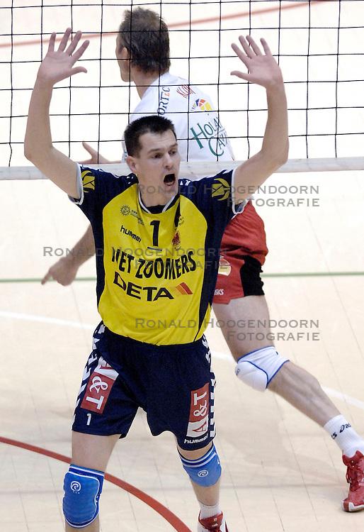 04-03-2006 VOLLEYBAL: FINAL 4 HEREN: PIET ZOOMERS D - ORTEC NESSELANDE: ROTTERDAM<br /> In een mooie halve finale werd Piet Zoomers D met 3-1 verslagen door Ortec Nesselande / Kars van Tarel<br /> Copyrights 2006 WWW.FOTOHOOGENDOORN.NL