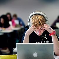 Nederland, Amsterdam , 4 mei 2015.<br /> StudyShare in de Openbare bibliotheek van Amsterdam (OBA).<br /> StudyShare: Met deze nieuwe studiemethode maken studenten het zichzelf vrijwel onmogelijk om nog bezig te zijn met iets anders dan studeren, en geloof me: dat willen ze - op zijn tijd!<br /> Hoe werkt het?<br /> Je schrijft je in om samen met anderen in een afgesloten ruimte te studeren. Social media en mobiel zijn niet toegestaan, praten ook niet. Je studeert steeds drie kwartier, gevolgd door een (verplicht!) kwartier pauze. Alleen in de pauze mag je erin en eruit.<br /> Op de foto bibliothecaris en initiator Frank Verbeek drukt de bel in om aan te geven dat de studietijd ingaat.<br /> Frank Verbeek,bibliothecaris in de OBA bedachtStudyShare, een systeem waarbij een groep leerlingen in de OBA in blokken van 3 uur achter elkaar gaat studeren. Nou ja niet helemaal achter elkaar, het is driekwartier studeren en dan een kwartier rust:studeren volgens de Pomodorotechniek.<br /> Foto:Jean-Pierre Jans
