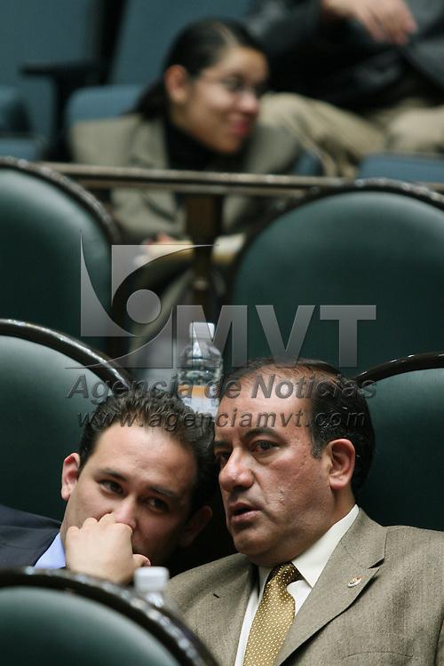 Toluca, Mex.- Los diputados Alejandro Castro (izq) y Luis Alfonso Arana (der) del PRI, conversan durante la sesion del Congreso del Estado de Mexico donde se discue el decreto para la aprobacion de la ley de ingresos. Agencia MVT / Mario Vazquez de la Torre. (DIGITAL)<br /> <br /> <br /> <br /> <br /> <br /> <br /> <br /> NO ARCHIVAR - NO ARCHIVE