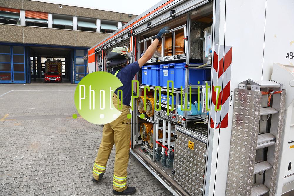 Mannheim. 26.08.17 | &Uuml;bung am AB MANV.<br /> K&auml;fertal. Feuerwache Nord. &Uuml;bung von Feuerwehr und ASB am Abrollbeh&auml;lter Massenanfall von Verletzten (AB-MANV).<br /> Die durch die Firma GIMAEX-Schmitz in Luckenwalde ausgebauten AB-MANV verf&uuml;gen &uuml;ber eine umfangreiche technische und medizinische Beladung, die den Aufbau und den Betrieb eines Behandlungsplatzes f&uuml;r insgesamt bis zu f&uuml;nfzig Patienten erm&ouml;glicht.<br /> Als &Uuml;bungsszenario wird eine explosion in einem Kaufhaus dargestellt.<br /> <br /> <br /> <br /> BILD- ID 2301 |<br /> Bild: Markus Prosswitz 26AUG17 / masterpress (Bild ist honorarpflichtig - No Model Release!)