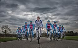 08-04-2016 NED: Challenge Diabetes on Tour, Arnhem<br /> Vandaag was de presentatie van de ploeg dat de roze trui in Milaan gaat ophalen. Op maandag 25 april 2016 vertrekken ze met een team bestaande uit mensen met diabetes en een begeleidingsteam naar Milaan. Na het overhandigen van de roze trui fietsen ze van 26 april t/m 3 mei in 8 dagen 1.190 km van Milaan naar Gelderland om daar op 4 en 5 mei 2016 een promotietour met de roze trui door de provincie te maken. Op 5 mei 2016 wordt de roze trui, vlak voor de ploegenpresentatie op het Marktplein in Apeldoorn, overhandigd aan de provincie. (L-R) Gerard, Fleur, Suzanne, Jeroen, Maarten, Reinoud,  Patrick, Bas, Lois en Lex
