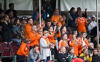 BRUSSEL - Supporters Oranje    tijdens  de halve finale wedstrijd  Nederland-Nieuw Zeeland (1-1) bij de halve finale ronde Hockey World League (dames) . Nederland wint de shoot-outs en plaatst zich voor de finale. COPYRIGHT KOEN SUYK
