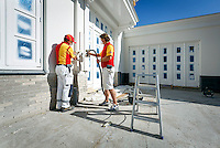 Ad Bakker en Marcel Roodnat, twee samenwerkende schilders, gebruikten voor het eerst een spuitapparaat van Wagner XVLP, genaamd FinishControl 5000. Hiermee spuiten ze lak op houtwerk en kozijnen. Ze zijn enthousiast over het resultaat.<br /> <br /> TBV VAKWERK  een uitgave van Sikkens.<br /> Foto: Phil Nijhuis