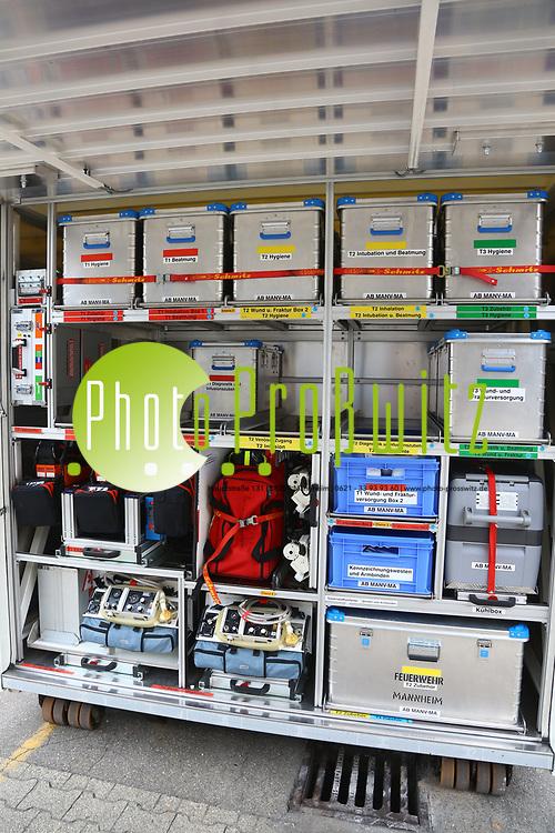 Mannheim. 26.08.17 | &Uuml;bung am AB MANV.<br /> K&auml;fertal. Feuerwache Nord. &Uuml;bung von Feuerwehr und ASB am Abrollbeh&auml;lter Massenanfall von Verletzten (AB-MANV).<br /> Die durch die Firma GIMAEX-Schmitz in Luckenwalde ausgebauten AB-MANV verf&uuml;gen &uuml;ber eine umfangreiche technische und medizinische Beladung, die den Aufbau und den Betrieb eines Behandlungsplatzes f&uuml;r insgesamt bis zu f&uuml;nfzig Patienten erm&ouml;glicht.<br /> Als &Uuml;bungsszenario wird eine explosion in einem Kaufhaus dargestellt.<br /> <br /> <br /> <br /> BILD- ID 2302 |<br /> Bild: Markus Prosswitz 26AUG17 / masterpress (Bild ist honorarpflichtig - No Model Release!)
