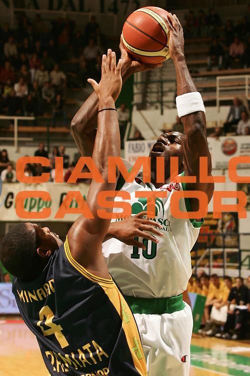 DESCRIZIONE : Siena Lega A1 2007-08 Montepaschi Siena Premiata Montegranaro <br /> GIOCATORE : Romain Sato <br /> SQUADRA : Montepaschi Siena <br /> EVENTO : Campionato Lega A1 2007-2008 <br /> GARA : Montepaschi Siena Premiata Montegranaro <br /> DATA : 11/10/2007 <br /> CATEGORIA : Tiro <br /> SPORT : Pallacanestro <br /> AUTORE : Agenzia Ciamillo-Castoria/P.Lazzeroni <br /> Galleria : Lega Basket A1 2007-2008 <br />Fotonotizia : Siena Campionato Italiano Lega A1 2007-2008 Montepaschi Siena Premiata Montegranaro <br />Predefinita :