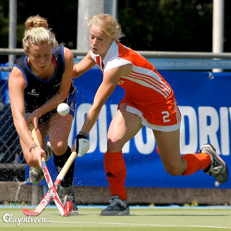 UTRECHT - Nederland - Schotland EK U18, Eurohockey landen kampioenschap onder 18, 15-07-2011, Lisa Scheerlinck (r) en Laura Page